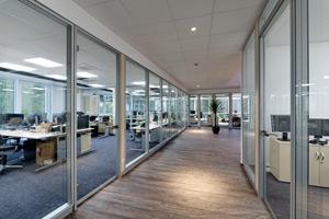 Innenräume Firmengebäude mit lichthellen Büros und Fluren